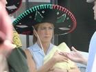 Jennifer Aniston usa sombreiro em set de filmagens