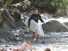 Cauã Reymond surfa, mata a sede com água de coco e olha loira