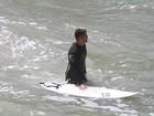 Em dia frio, Cauã Reymond surfa no Rio