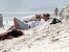 Nathalia Dill namora em praia do Rio