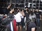 Bruno Gissoni é agarrado por fãs em shopping no Paraná