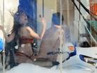 Alinne Moraes grava de biquíni em lava a jato com Danton Mello