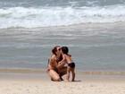 Mariah Rocha curte praia com o filho
