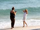 Dia de turista: Kylie Minogue curte a tarde na praia de Ipanema