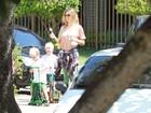 Fernanda Lima leva os filhos gêmeos para a escola