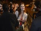 Nathalia Dill chega atrasada e quase é barrada no Festival do Rio