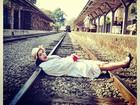 Giovanna Lancellotti posa em linha de trem e brinca: 'Fim da Lindinalva'
