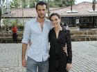 Adriana Birolli chega a evento abraçadinha, mas nega namoro