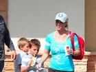 Com as pernas de fora, Britney Spears vai a lanchonete com os filhos