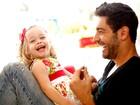Victor Pecoraro brinca com a filha, Sophia, em parquinho