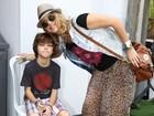 Christine Fernandes e Floriano Peixoto levam filho para jogar futebol
