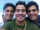 Thiago Martins posta foto com colegas de 'Avenida Brasil'