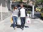 Mayana Moura faz compras com o namorado na Zona Sul do Rio
