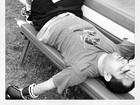 Luciano Camargo aparece deitado com luvas de box