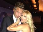 Deslumbrante, Britney Spears vai a evento beneficente com o noivo