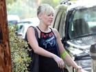Miley Cyrus deixa médico com curativo no braço