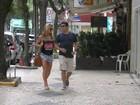 Sabrina Sato passeia com amigo no Leblon, no Rio