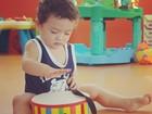 Fofura! Kauai, filho de Daniele Suzuki, toca tambor