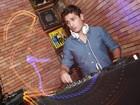 Daniel Rocha ataca de DJ em festa no Rio