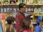 André Gonçalves compra presentes com os filhos em shopping no Rio