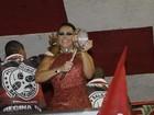 De vestido curtíssimo, Viviane Araújo mostra demais em noite de samba