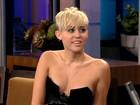 Miley Cyrus escolhe decote ousado para programa de TV