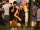 De shortinho, Sabrina Sato se diverte com amigos em bar no Rio