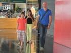Tande passeia com os filhos em shopping e sorri para fotógrafo