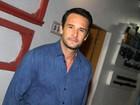 Rodrigo Santoro recebe famosos na festa do afilhado