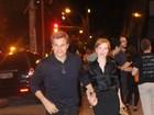 Edson Celulari vai ao teatro com a namorada, Karin Roepke