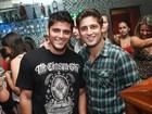 'Reis da noite', Daniel Rocha e Bruno Gissoni curtem show no Rio