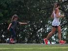 Mamãe atleta, Cynthia Howllet corre enquanto a filha anda de patins