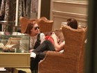 Marina Ruy Barbosa e Klebber Toledo passeiam em shopping