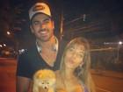 Ex-BBB Adriana usa blusa decotada em passeio com Rodrigão