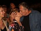 Glória Menezes completa 78 anos e ganha beijo do marido após peça