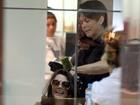 Giovanna Lancellotti cuida dos cabelos em salão de beleza