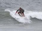 Marcello Novaes surfa com os filhos no Rio de Janeiro
