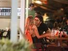 Antes de show, Bruno Gissoni troca beijos com loira