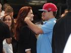 Thiago Martins e Paloma Bernardi trocam beijo na festa de 'Avenida'