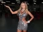 Andressa Urach usa vestido decotado em noite de samba