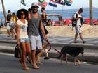Sorridente, Sheron Menezzes passeia com o namorado e o cachorro no Rio