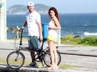 Fernanda Paes Leme encontra com amigo na orla de praia do Rio