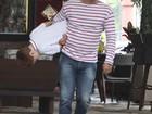 No dia da estreia de 'Salve Jorge', Rodrigo Lombardi se diverte com o filho