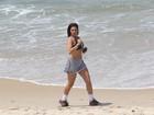 Veridiana Freitas, ex-affair de Gusttavo Lima, corre em praia do Rio