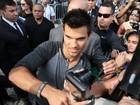 Taylor Lautner dá autógrafos a fãs na porta do hotel