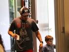 Thiago Rodrigues passeia com o filho em shopping