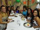 Candidatas ao posto de Rainha do Carnaval atacam doces em bufê