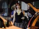 Larissa Maciel é flagrada saindo de salão com peruca ruiva