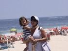Grávida, Amandha Lee passeia no Rio com a filha, Rafaela, no colo