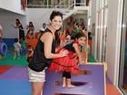 Samara Felippo e outras famosas levam filhos a festa de escola musical